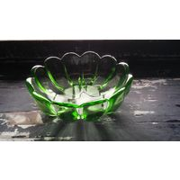 Конфетница из зеленого стекла.