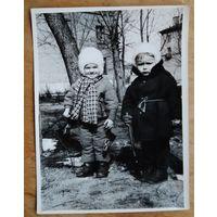 Две девочки в минском дворике. Фото 1960-х. 9х12 см