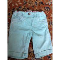 Ярко мятного цвета удлиненные шорты.