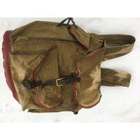 Советский туристический рюкзак стандартного размера-пятна  от  долгого хранения в свёрнутом  виде.