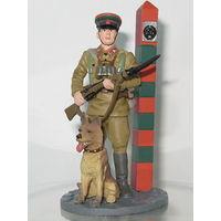 Сержант пограничных войск НКВД со служебной собакой, 1941–1943 гг.