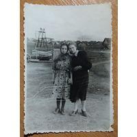 Фото двух девушек. 1950-е. 8х11 см.