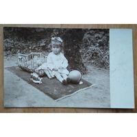 Фото девочки с игрушками. 1928 г. 8х13 см