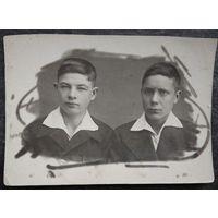 Фото двух юношей. 1930-е 8x11.5 см.