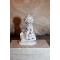 """Фарфоровая статуэтка """"Девочка с собачкой"""", высота 8 см., без дефектов."""