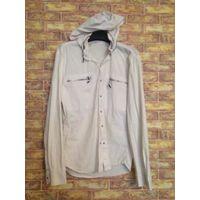 Стильная мужская рубашка на 50-52 размер, отличное качество, покупали за границей, приятный на ощупь плотный материал. В воротник прячется капюшон, качественная фурнитура. Длина 72 см, длина рукава 64