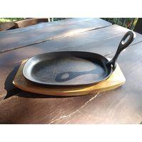 Сковородка чугунная на деревянной подставке