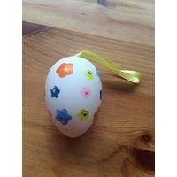 Пасхальное подвесное яйцо, размером с обычное яйцо.