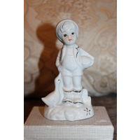 """Фарфоровая статуэтка """"Мальчик с лукошком и гусем"""", высота 13,5 см., без дефектов."""