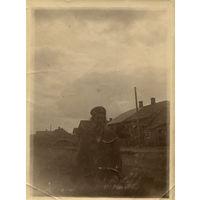 Крестьянин около своего дома недалеко от Баранович