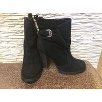 Зимние ботинки 38 марк, на высоком устойчивом каблуке (8,5 см), стелька 24,5 см, высота общая 23 см. Практически новые. Очен качественные, натуральная замша и мех.