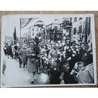 Праздничная первомайская демонстрация в СССР. Фото 1 мая 1965 г. 9х12 см.