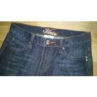 Темно-синие джинсы на стройную девушку