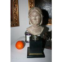 Скульптура девочки каменная  на подставке старая работа