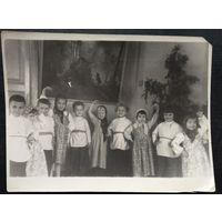 Фото детей на новогоднем утреннике. 1950-е? 9х12 см