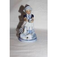 """Фарфоровая статуэтка """"Девочка кормит кур"""", высота 17 см., без сколов."""