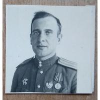 Фото военного с наградами. 3.5х3.5 см