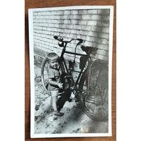 Фото ребенка у велосипеда. 1968 г. 9х12 см.