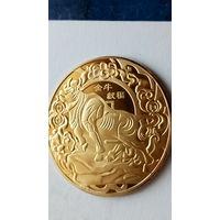 """Китай сувенирная монета """"Год быка"""" 1 позолота. 38 мм. распродажа"""