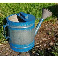 Жестяная лейка садовая, поливалка, объём примерно 9 литров. Ручная работа, середина прошлого века.