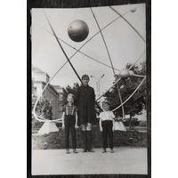 Минск. Фото на пл. Якуба Коласа. 1960-е. 6.5х9.5 см.