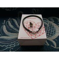 """Кожаный браслет (18,5 см) с серебряным замком и украшением """"Мешочек Евро"""". Фирма SUNLIGHT BRILLIANT - ювелирные украшения."""