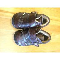 Ботинки на меху на 21 размер ( 13,5 см по стельке), цвет коричневый, натуральная кожа. Есть небольшие потертости меха на язычке внутри. В общем состояние очень хорошее.