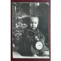 Фото ребенка с будильником. Июль 1941 г. 8х12 см.