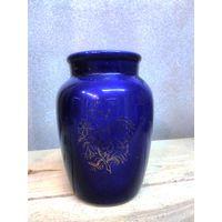 Фарфоровая ваза с рисунком в виде цветов
