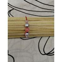 Красный браслет-оберег с розово-серебристыми бусинами