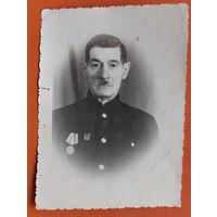 Фото мужчины с медалью. 1956 г. 8.5х12 см.