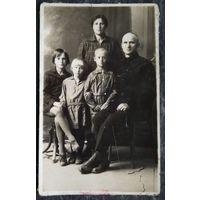Семейное фото 1930-е. 8х13 см.