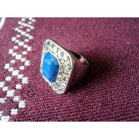 Перстень женский винтажный с синим кабашоном в окружении страз. 18 р.