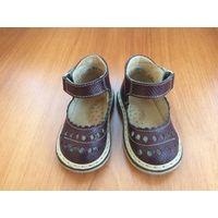 Первая обувь: сандалии из натуральной кожи Неман. Цвет - коричневый, бу одним ребенком. В хорошем состоянии, задник не деформирован, длина по стельке 10,5 см, полнота 1. Очень удобны, носили к ортопед