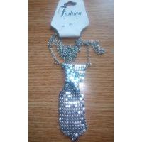 Галстук в форме ожерелье.