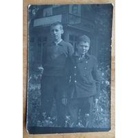 Фото подростков на фоне вождей. 1940-е. 9х14 см.