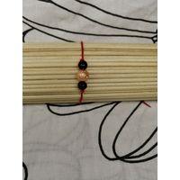 Красный браслет-оберег с чёрными и коричневой бусиной