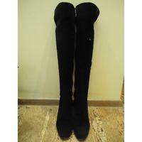 Чёрные замшевые сапоги на каблуке