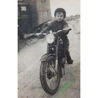 Мальчик мотоцикл 1955 г размер 8х11 см