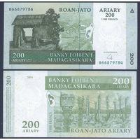 Мадагаскар 200 ариари - 1000 франков 2004 из пачки