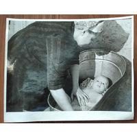Фото из СССР. Купание младенца в ванночке. 18х23 см.