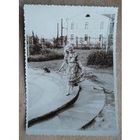 Минск. Фото у фонтана в парке им. Горького. 1950-е. 8х12 см.