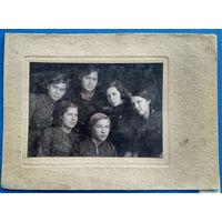 Фото группы девушек. 1940 г. . На паспарту