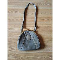 Старая женская сумочка на плечо родом из семидесятых годов.