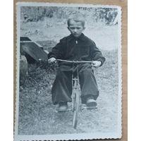 Фото мальчика на велосипеде. 1950-е. 9х11.5 см